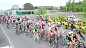 ..|_ The PowerNet Tour peloton rolls through Otautau